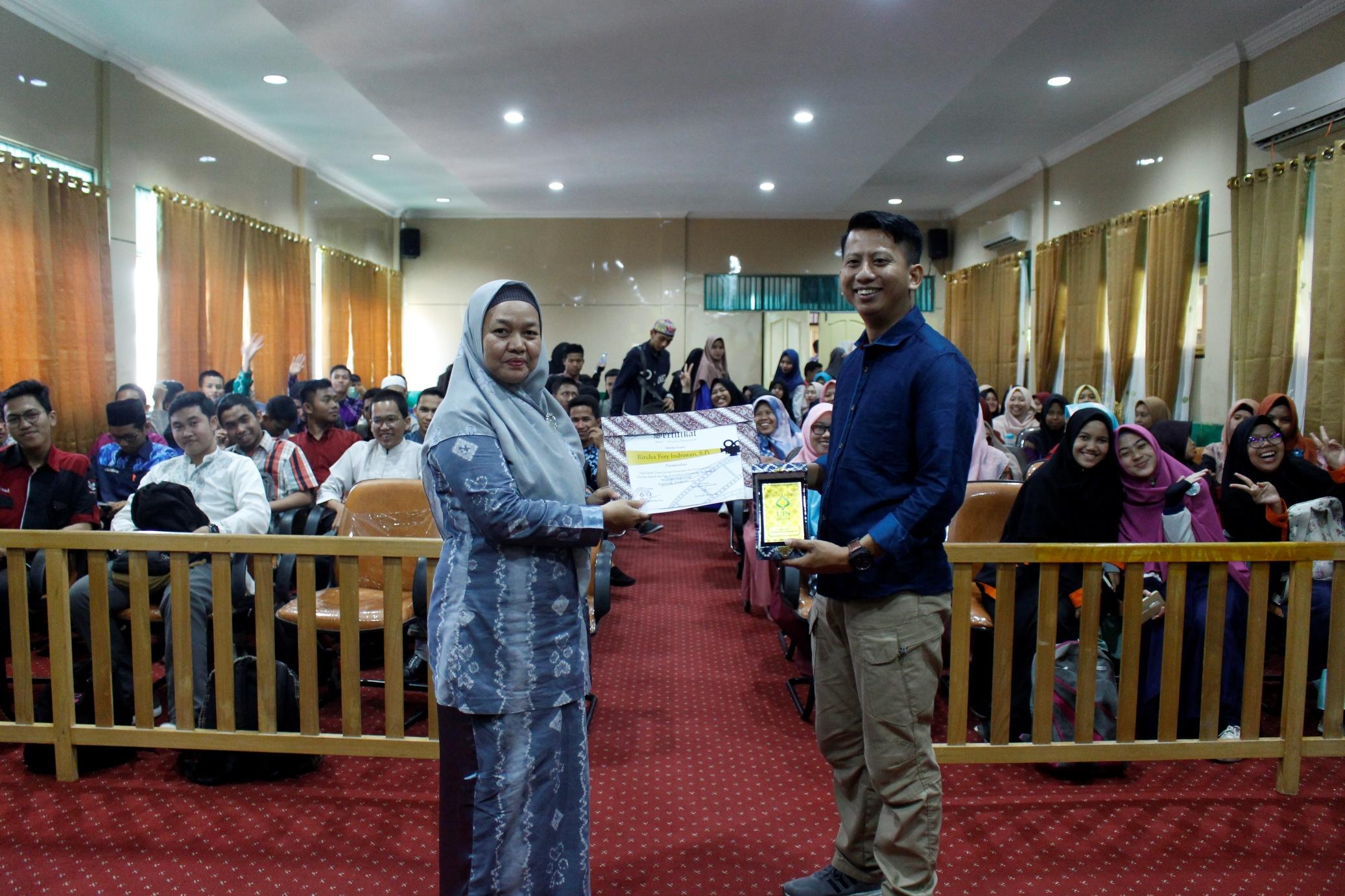 "Kuliah Umum Prodi Komunikasi dan Penyiaran Islam ""Manajemen Festival Film"" bersama Direktur Youth Peace International Film Festival"